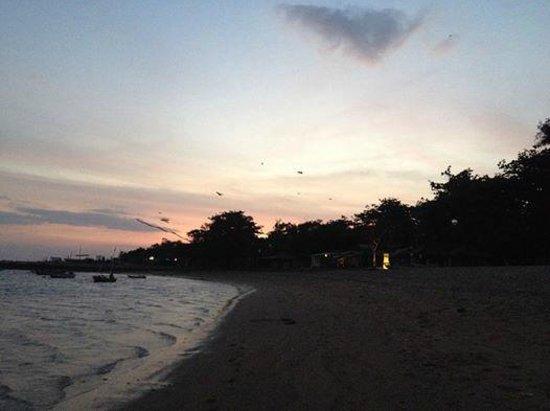 Mercure Resort Sanur : The beach around sunset