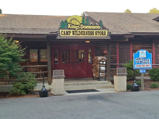 Kings Dominion Camp Wilderness Campground: Camp store and the pick up and drop off station for shuttle.