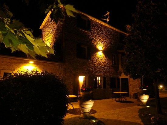 Relais La Corte dei Papi : Villa at night
