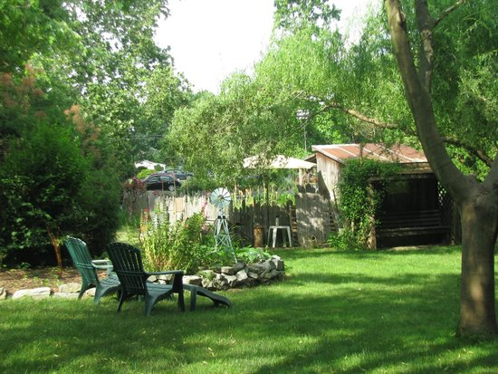 1825 Inn Bed and Breakfast: Grounds