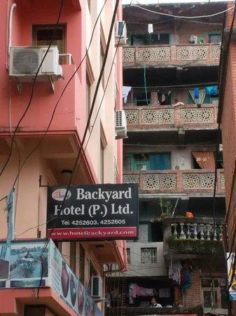OYO 115 Hotel Backyard : Outside