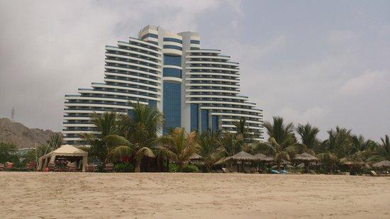 Le Meridien Al Aqah Beach Resort: Hotel view from the beach
