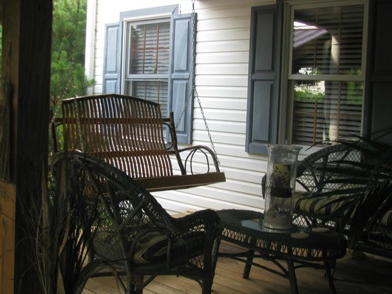 1825 Inn Bed and Breakfast: Porch