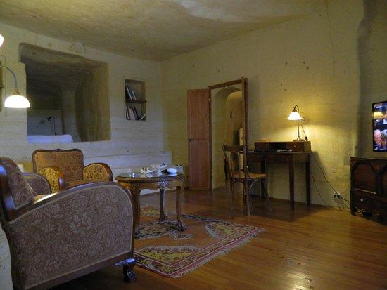 Esbelli Evi Cave Hotel: living room of fantasy suite
