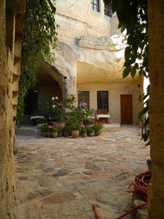 Esbelli Evi Cave Hotel: small courtyards everywhere