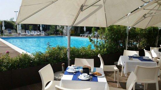 Hotel Sarti: Colazione in piscina