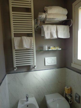 Hotel Rapallo: Badkamer links