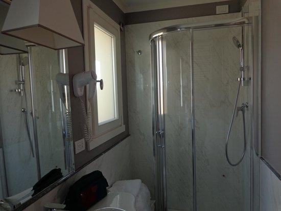 Hotel Rapallo: Badkamer rechts