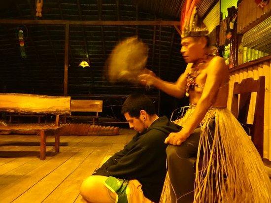 """Anaconda Lodge Ecuador: Nuestro amigo de Chile, efectuandose una """"Limpia"""" en el Lodge."""