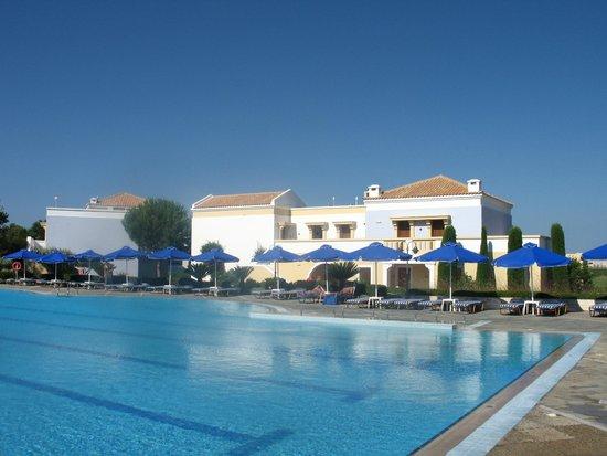Neptune Hotels - Resort, Convention Centre & Spa: une des quatres piscines