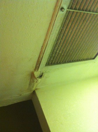 Midtown Hotel New Orleans : Mold on Ceiling of ac vent and walls