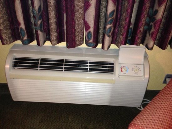 Mariah Country Inn & Suites: Air conditioner fan a little noisy, a constant background hum, but it's about normal for this ty
