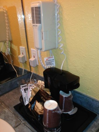 Mariah Country Inn & Suites: Hair dryer and coffee maker