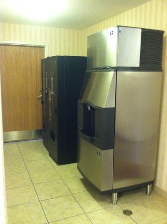 Comfort Inn & Suites Rock Springs : Ice and vending machines are close and convenient