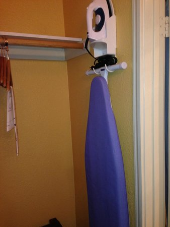 Mariah Country Inn & Suites: Iron and ironing board