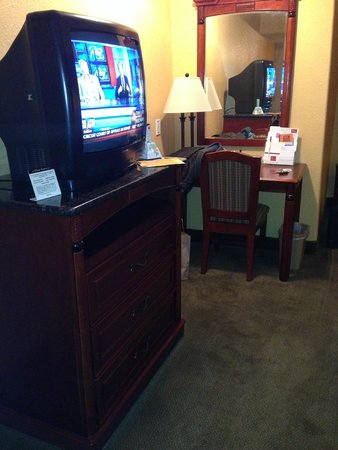 Mariah Country Inn & Suites: No flat screen TV in the standard room, desk and mirror