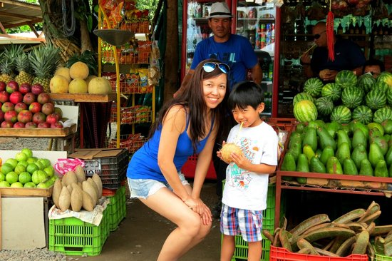 Go Tours Costa Rica - Day Tours: stop at the fruit stand in the way to Monteverde