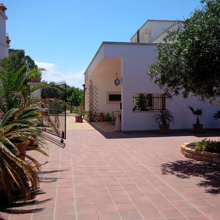 Masseria Cesarina: Entrance from the BBQ area
