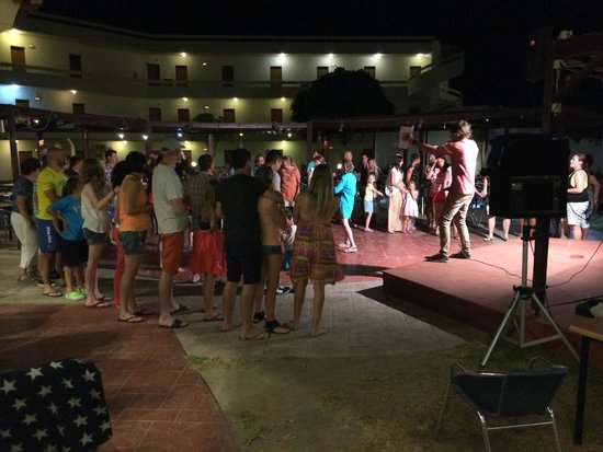 Delfinia Resort Hotel: Evening party