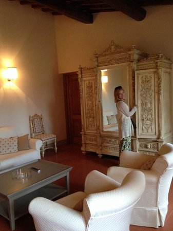 Castello Vicchiomaggio: living area of suite