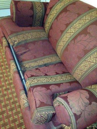 Interstate Motel Guthrie : Broken couch.