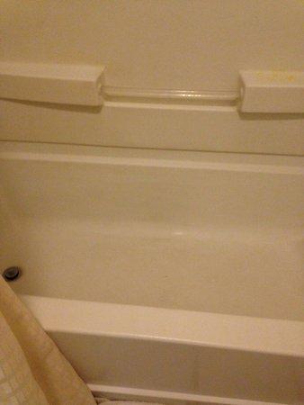 Interstate Motel Guthrie : Dirty tub.