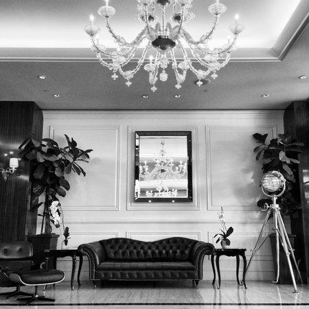 Mr. C Beverly Hills: Bar area / doors