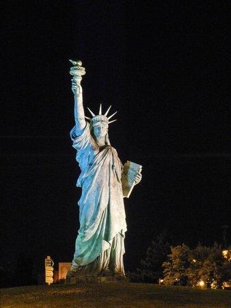 Hotel Roi Soleil Colmar: Réplica de la estatua de la libertad sita en la rotonda junto al hotel....