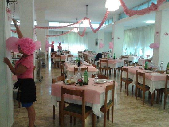 Hotel West End: La sala da pranzo addobbata x la notte rosa