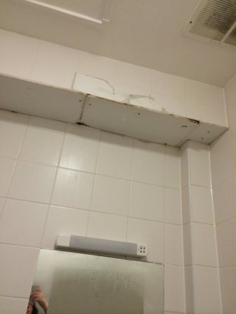 Travelodge Scarborough St Nicholas Hotel: The origin of the smelly water in room 143!