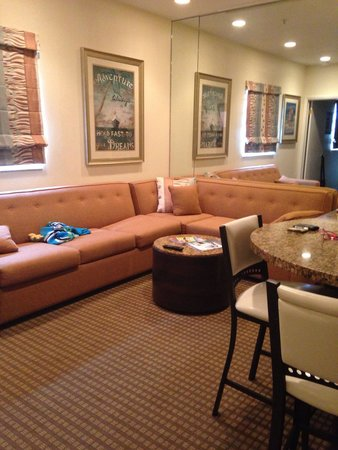 Crystal Beach Suites Hotel: Living room with a pull out sofa bed.