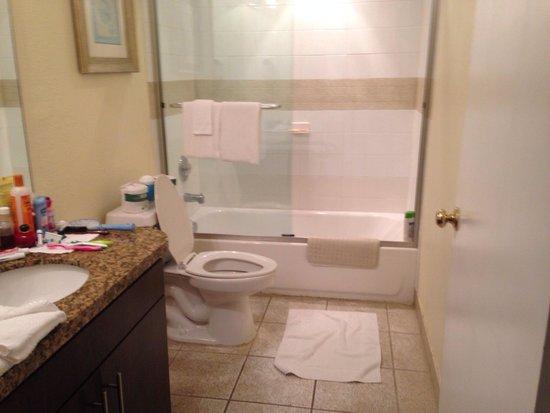 Crystal Beach Suites & Health Club: Nice bathroom big and roomy.