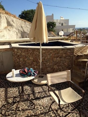 Epavlis Hotel: hot tub on the private terrace