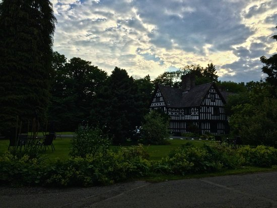 Maesmawr Hall Hotel: Main building in grounds with evening sky