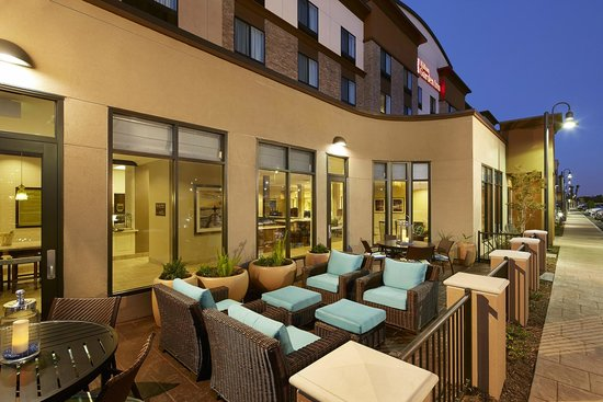 Hilton Garden Inn Los Angeles/Redondo Beach: Enjoy the beautiful California sunshine while dining outside on our casually comfortable patio.