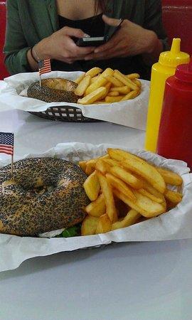 Bil's Diner: bagels chèvre & frites
