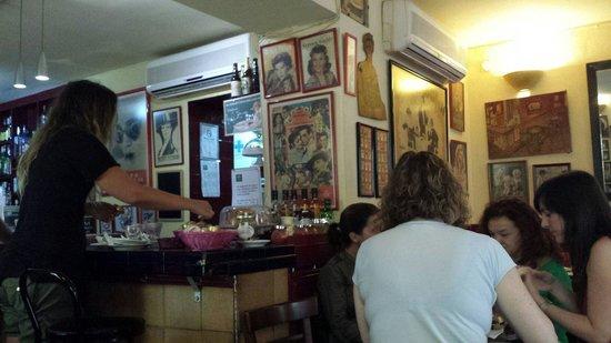 Cafe de Levante: Bancone alla colazione