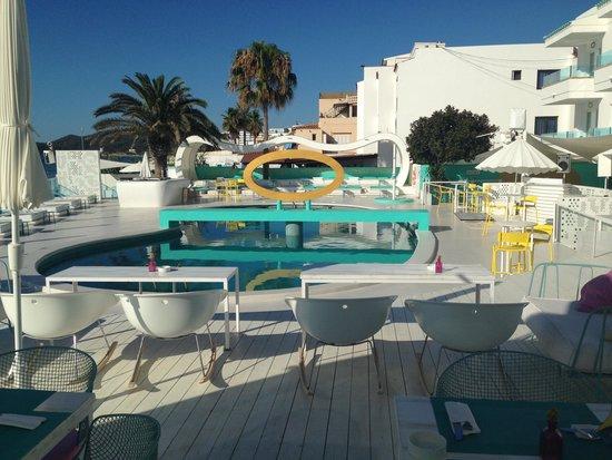 Santos Ibiza Coast Suites : zwembad zicht op zee