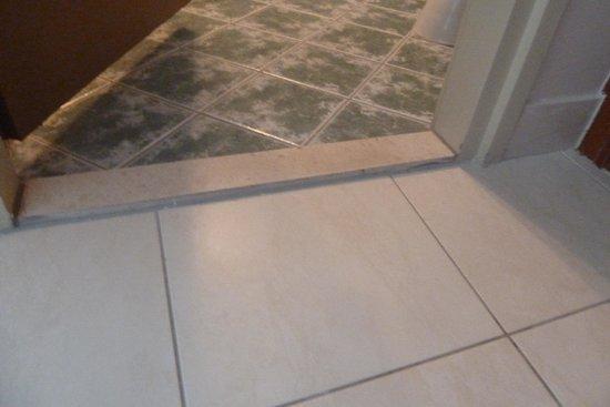 Pinija Hotel: El suelo del baño peligroso