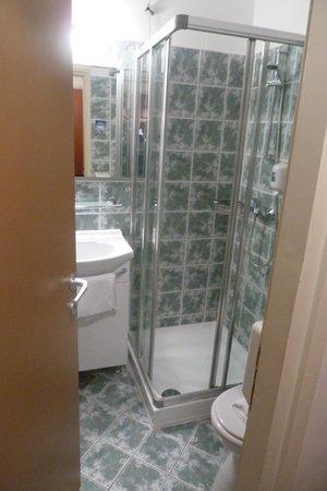Pinija Hotel: Un baño muy pequeño