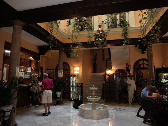 Reina Cristina Hotel: Foyer of hotel
