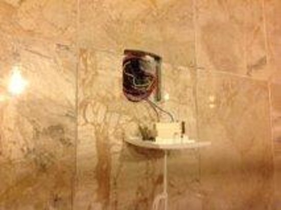 Caravel Hotel Zante: Electric plate hanging off wall above bath