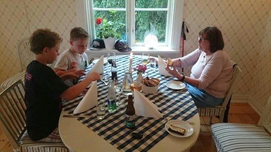 Ölme Prästgård Gästgiveri : Fantastisk torsk och supergod tupp sa lillkillen närmast fönstret!  Servitrisen var glad och gul