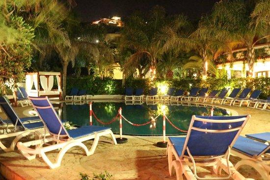 Hotel Resort Rocca di Vadaro: Piscina di notte