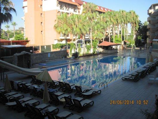 Club Tess Hotel: вид из номера на бассейн
