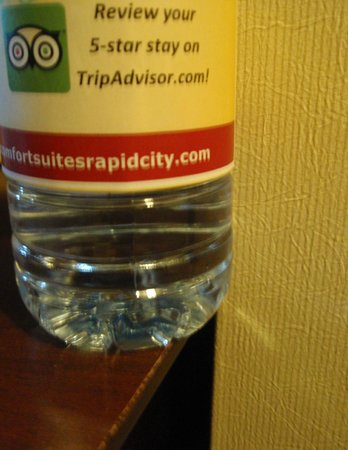 Comfort Suites Hotel & Convention Center Rapid City: water bottle with custom label