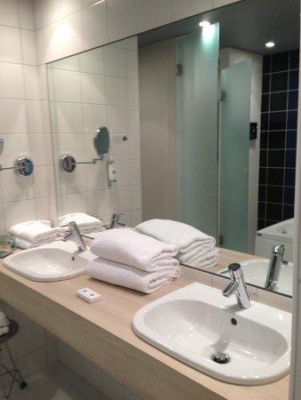 Le Cinq Hotel : Big Bathroom