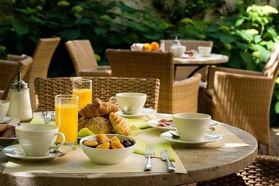 Hotel Magellan: Petit-déjeuner dans le jardin