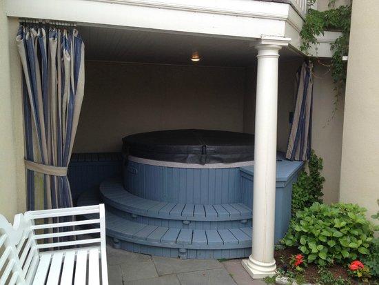 The Chanler at Cliff Walk: Private hot tub in ocean villas