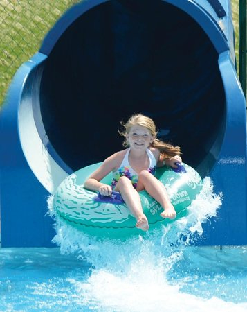 Lake Rudolph Campground & RV Resort: Blue Tunnel Slide at Santa's Splash Down WaterPark